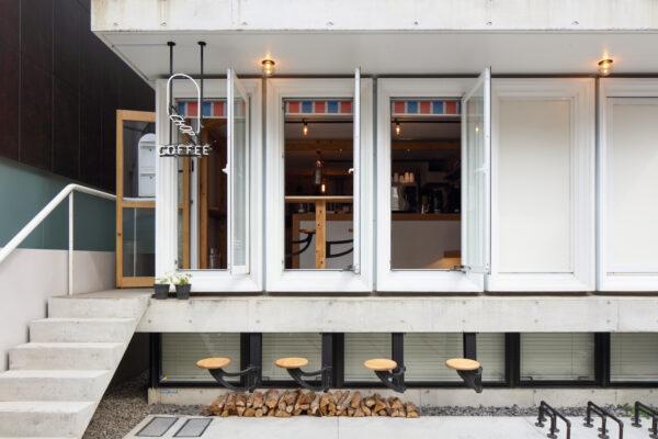既存のコンクリート打ち放しの空間を生かしながら、杉無垢材組みの化粧柱と梁で温かみを演出